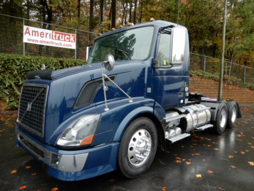 USED 2011 VOLVO VNL DAYCAB TRUCK #2043