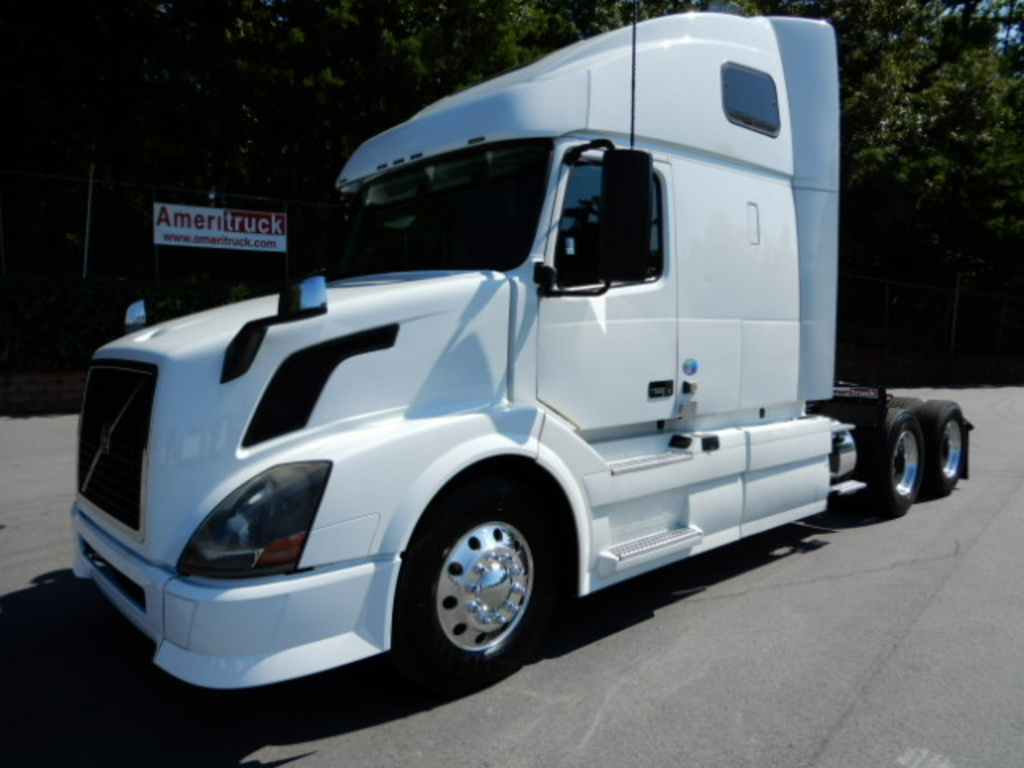 USED 2014 VOLVO VNL64T 670 SLEEPER TRUCK #2387