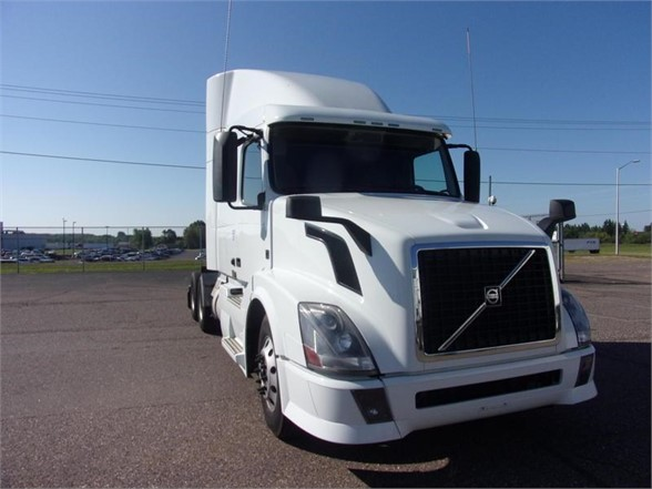 USED 2013 VOLVO VNL64T630 SLEEPER TRUCK #3712