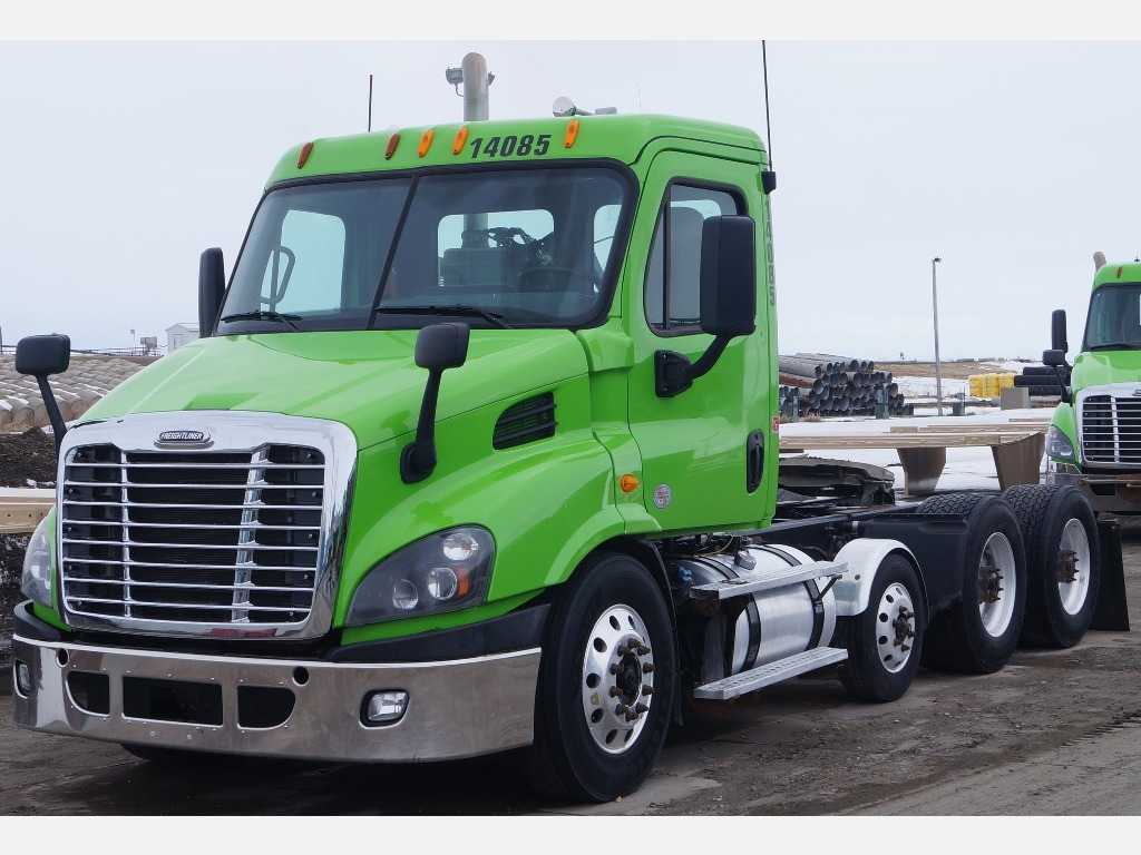 USED 2014 FREIGHTLINER CASCADIA 113 TRI-AXLE DAYCAB TRUCK #3877