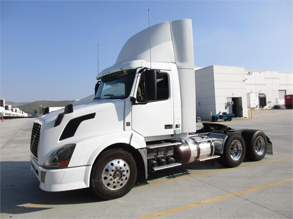 USED 2013 VOLVO VNL64T300 DAYCAB TRUCK #9214