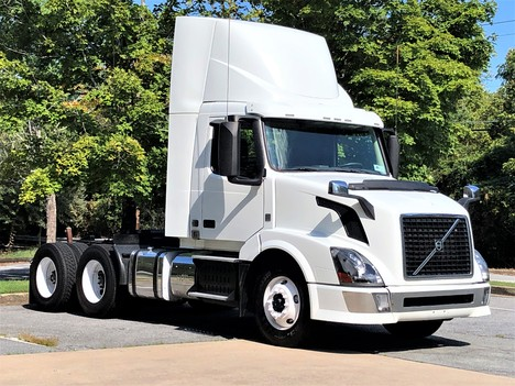 2015 VOLVO VNL64T300 Tandem Axle Daycab #8963