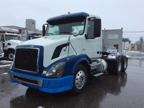 USED 2007 VOLVO VNL TANDEM AXLE DAYCAB TRUCK #12526