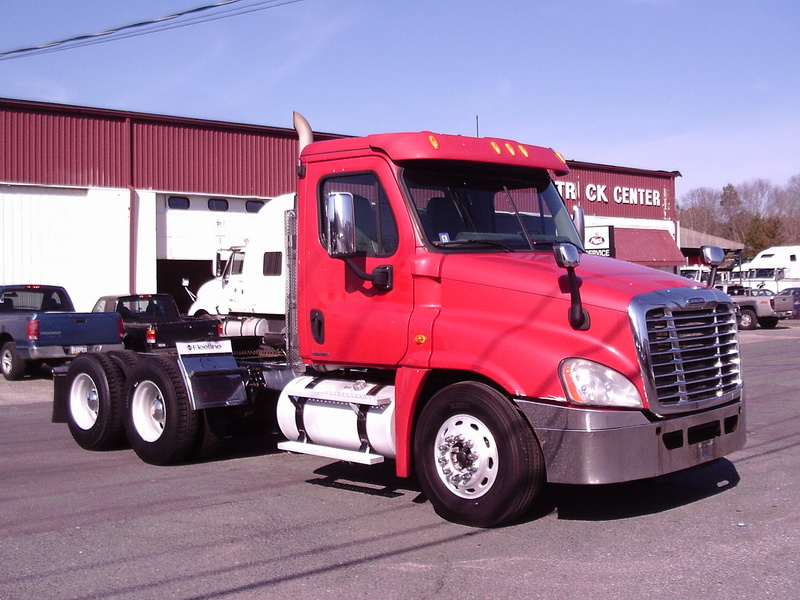 USED 2010 FREIGHTLINER CASCADIA TANDEM AXLE DAYCAB TRUCK #2721