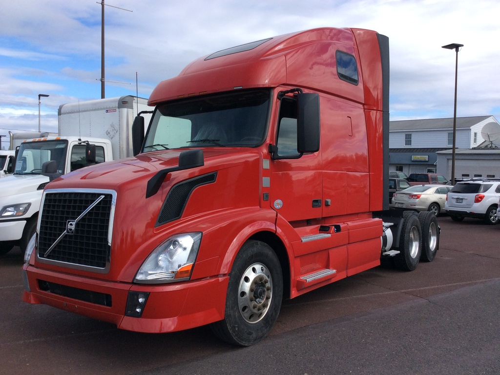 USED 2013 VOLVO VNL TANDEM AXLE SLEEPER TRUCK #8600