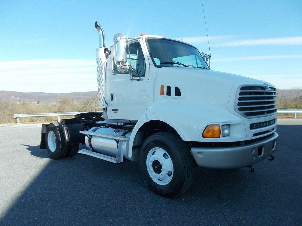 2005 STERLING LT9500 Single Axle Daycab
