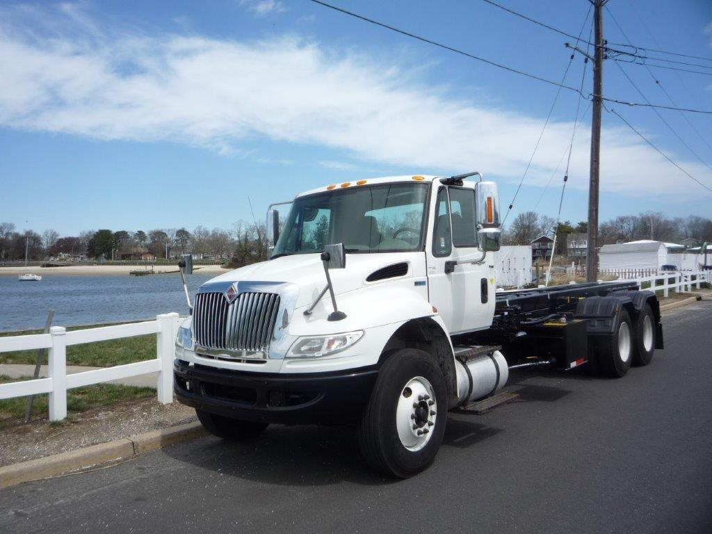 USED 2011 INTERNATIONAL 4400 TANDEM 6 X 4 ROLL-OFF TRUCK #11360