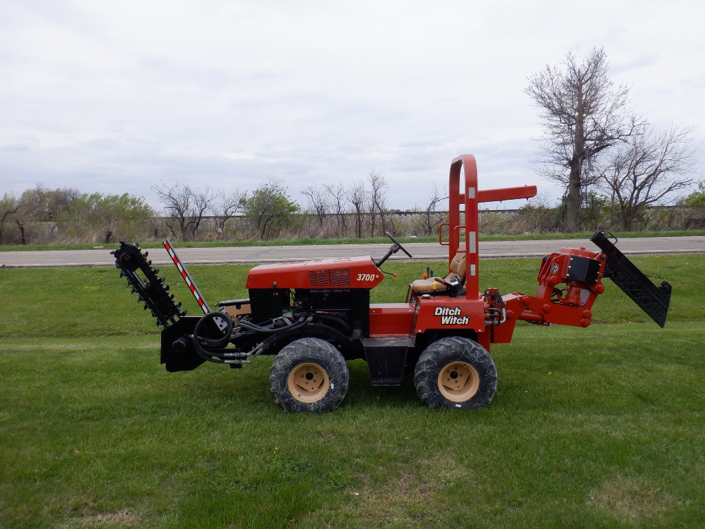 USED 2000 DITCH WITCH 3700 RIDE-ON TRENCHER - VIBRATORY PLOW EQUIPMENT #3468