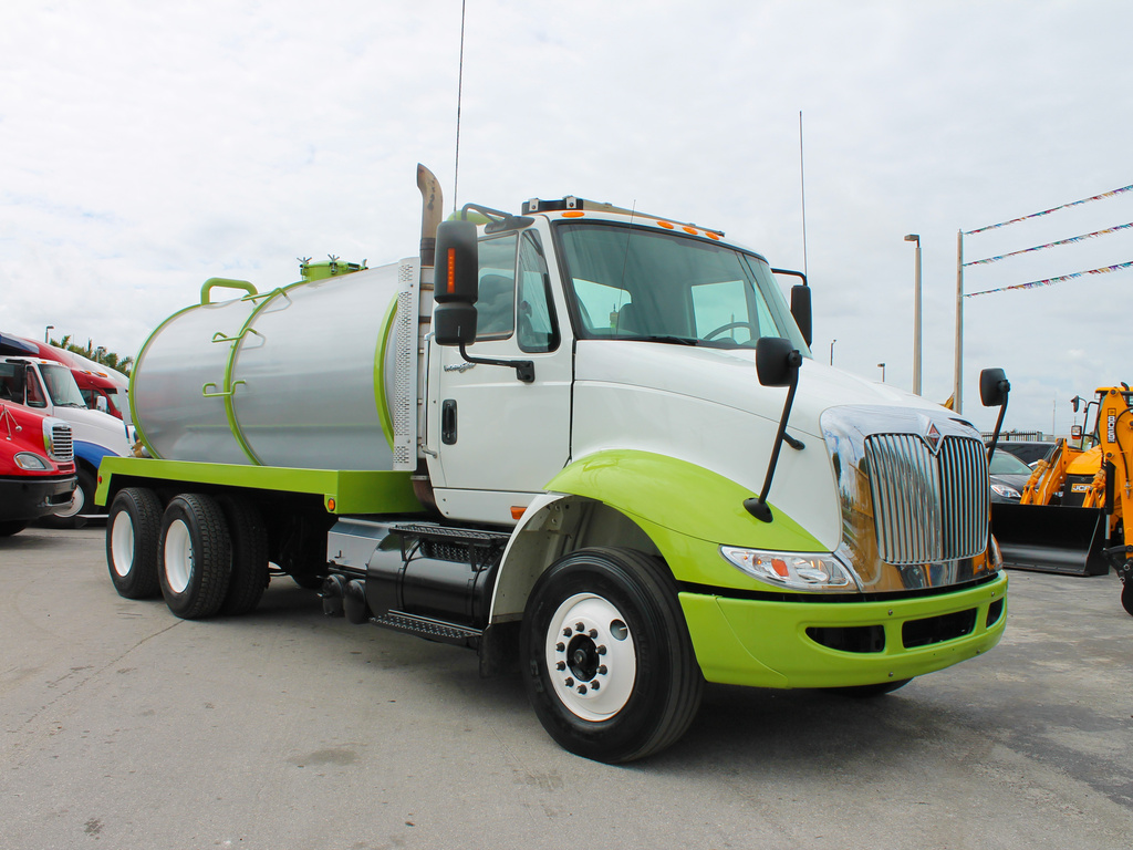 USED 2009 INTERNATIONAL 8600 SEPTIC TANK TRUCK #2533