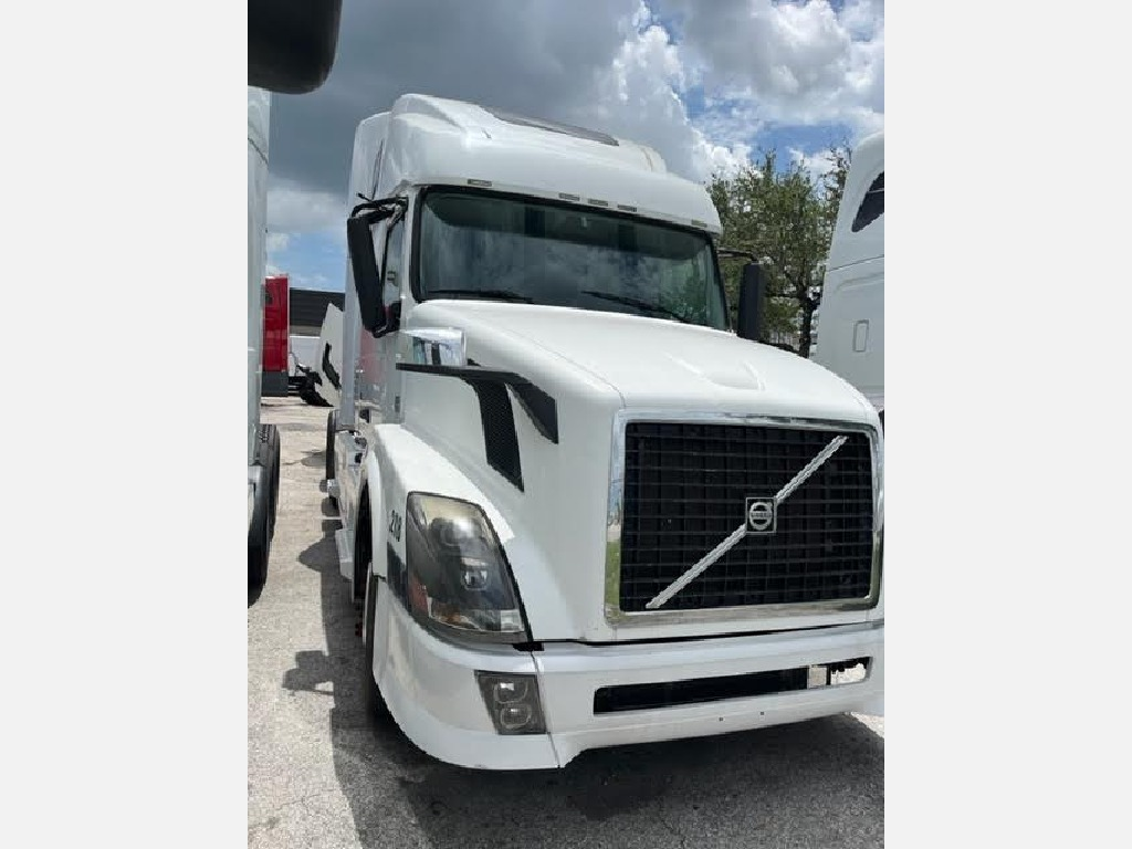 USED 2011 VOLVO VNL670 TANDEM AXLE SLEEPER TRUCK #1025