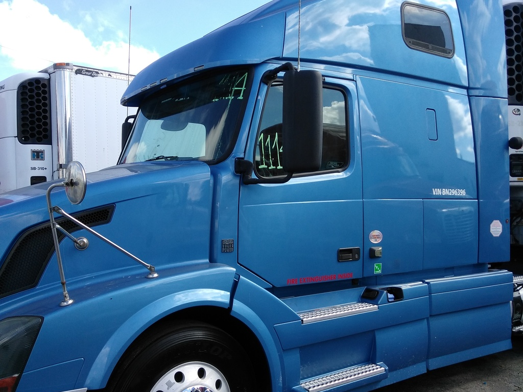 USED 2011 VOLVO VNL 670 TANDEM AXLE SLEEPER TRUCK #1114