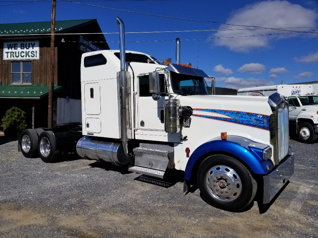 USED 2005 KENWORTH W900L TANDEM AXLE SLEEPER TRUCK #9081