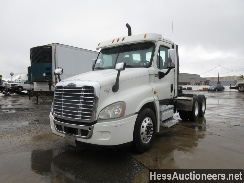 USED 2011 FREIGHTLINER CASCADIA TANDEM AXLE DAYCAB TRUCK #596534