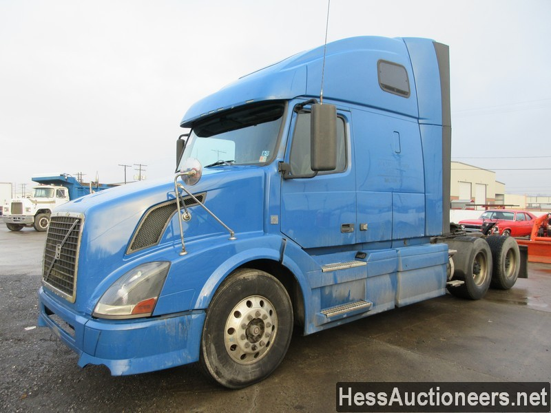 USED 2010 VOLVO VNL TANDEM AXLE SLEEPER TRAILER #35666