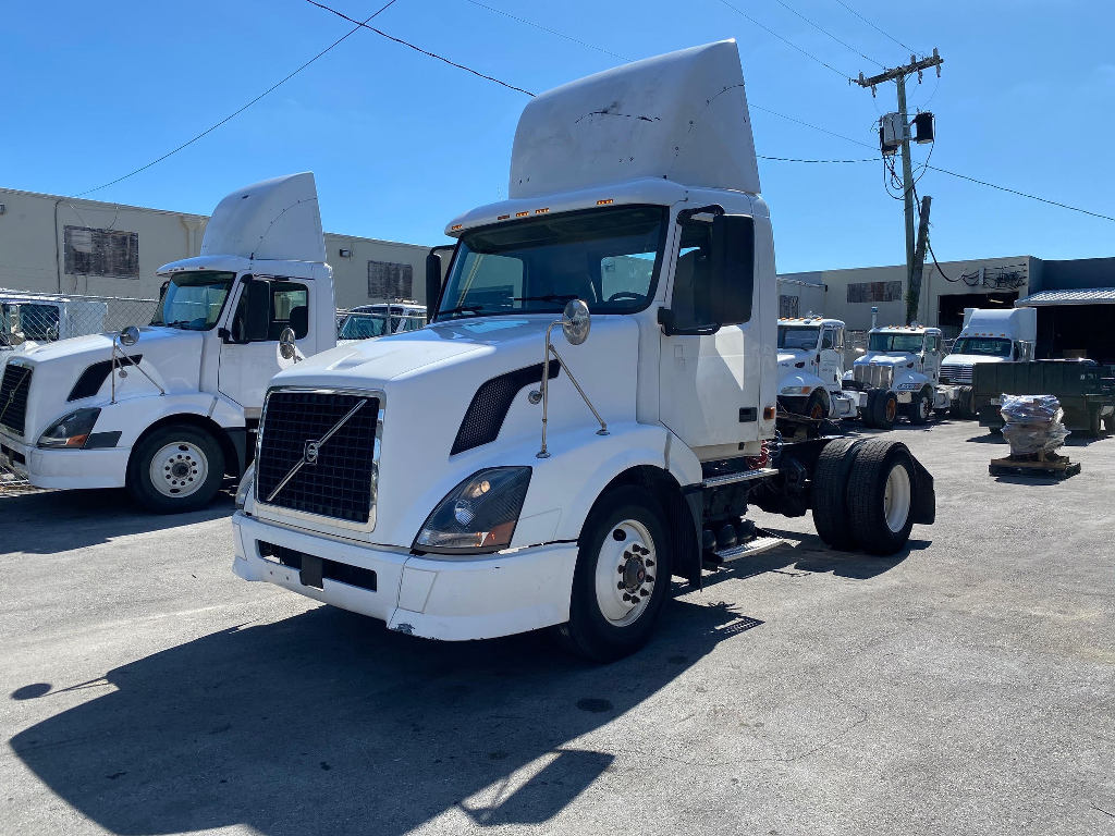 USED 2006 VOLVO VNL SINGLE AXLE DAYCAB TRUCK #2556