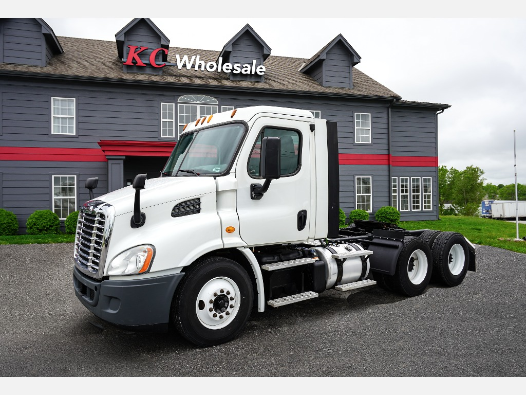 2014 FREIGHTLINER CASCADIA Tandem Axle Daycab #1