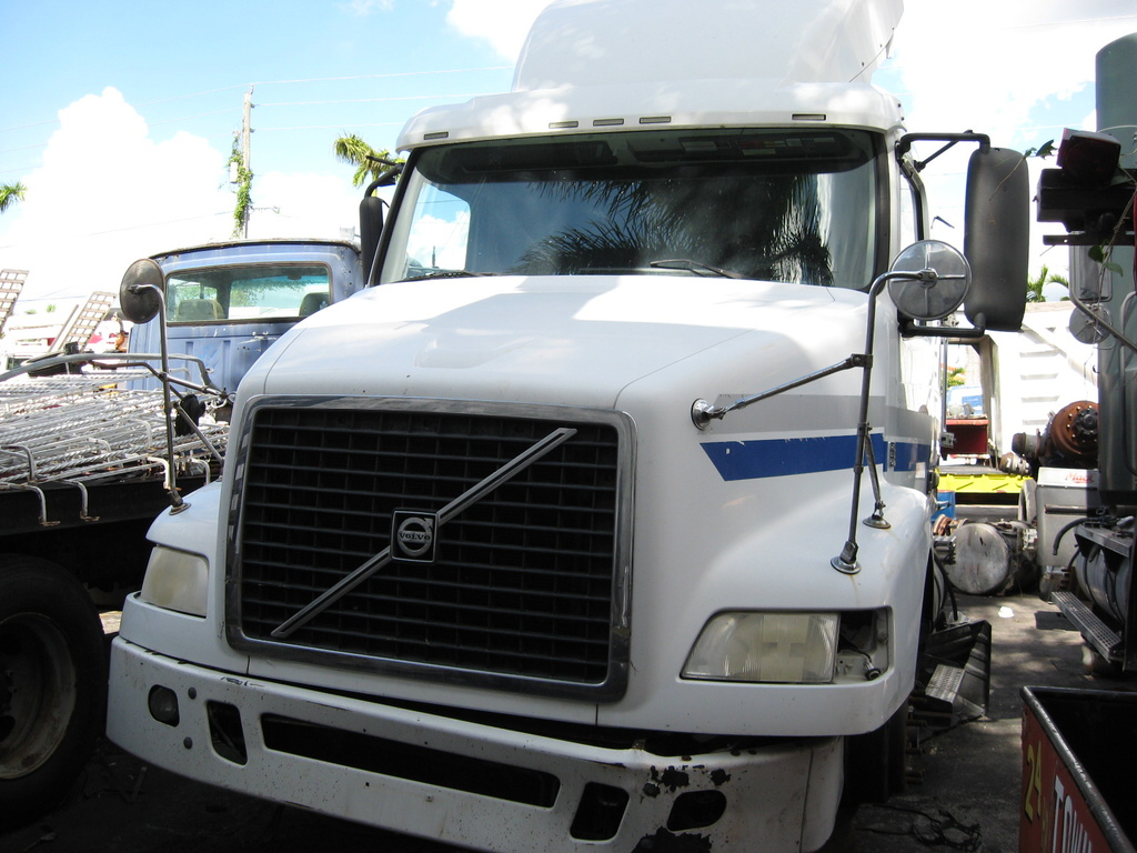 USED 2012 VOLVO SLEEPER TRUCK HEAVY DUTY TRUCK #1040
