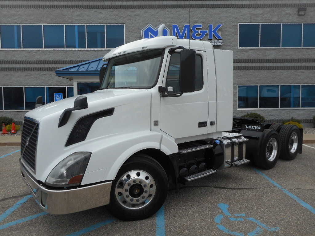 USED 2015 VOLVO VNL64T300 TANDEM AXLE DAYCAB TRUCK #290581