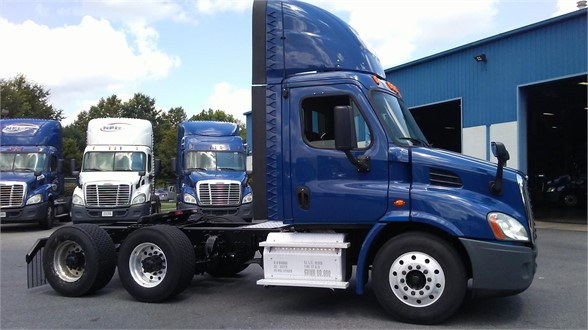 USED 2015 FREIGHTLINER CASCADIA 113 DAYCAB TRUCK #10900