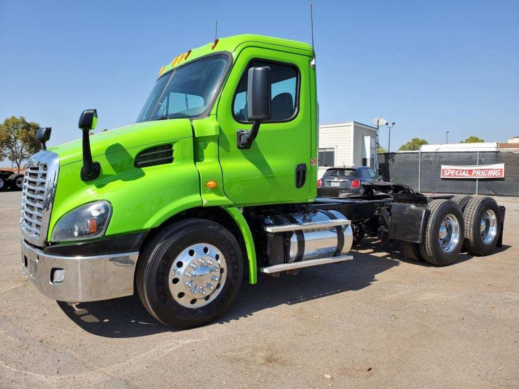 USED 2014 FREIGHTLINER CASCADIA TANDEM AXLE DAYCAB TRUCK #12243