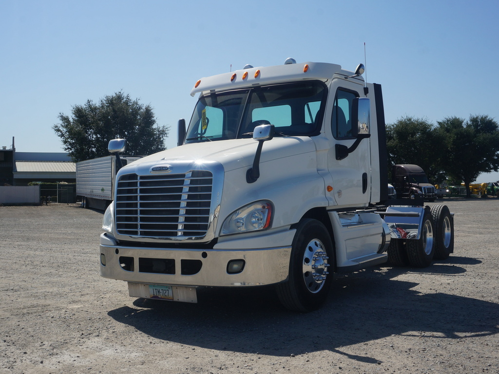 USED 2014 FREIGHTLINER CASCADIA TANDEM AXLE DAYCAB TRUCK #12246