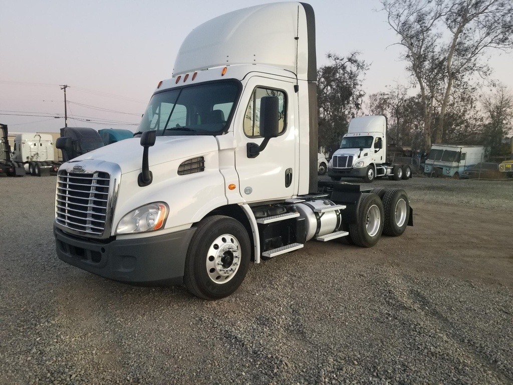USED 2015 FREIGHTLINER CASCADIA TANDEM AXLE DAYCAB TRUCK #12263