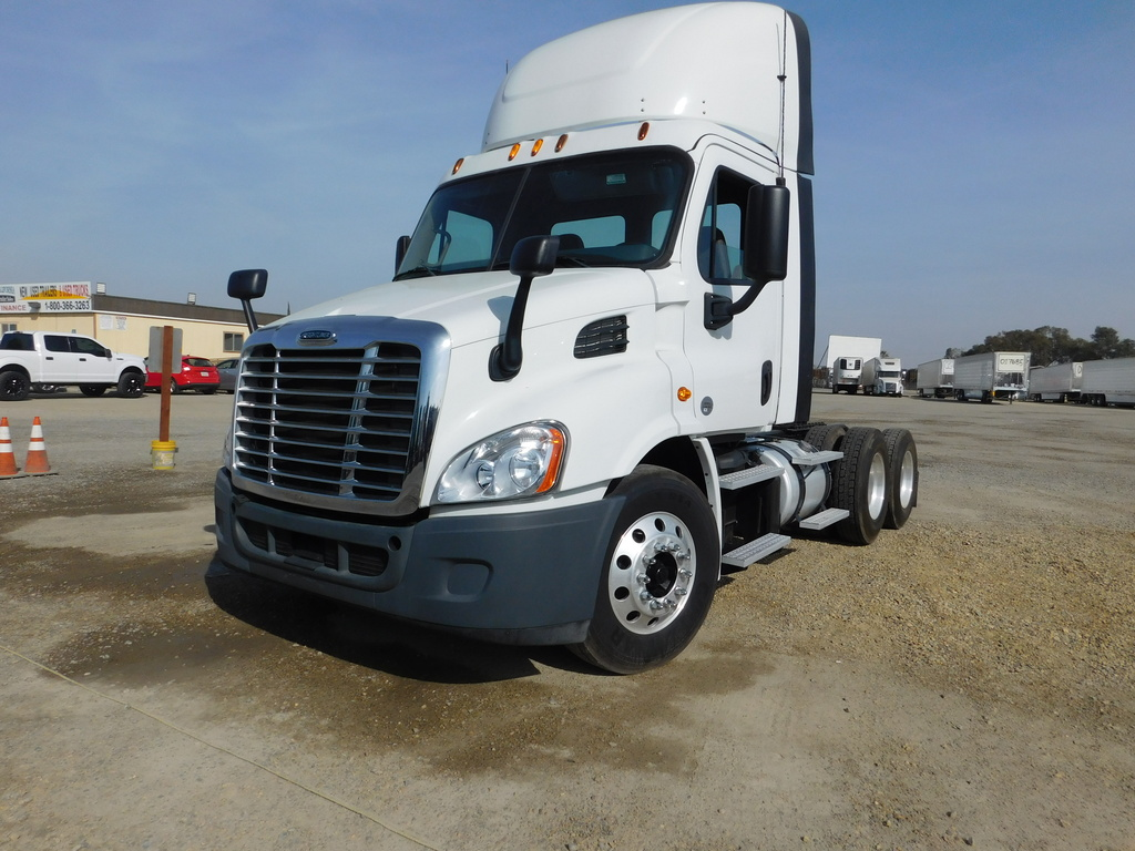 USED 2015 FREIGHTLINER CASCADIA TANDEM AXLE DAYCAB TRUCK #12268