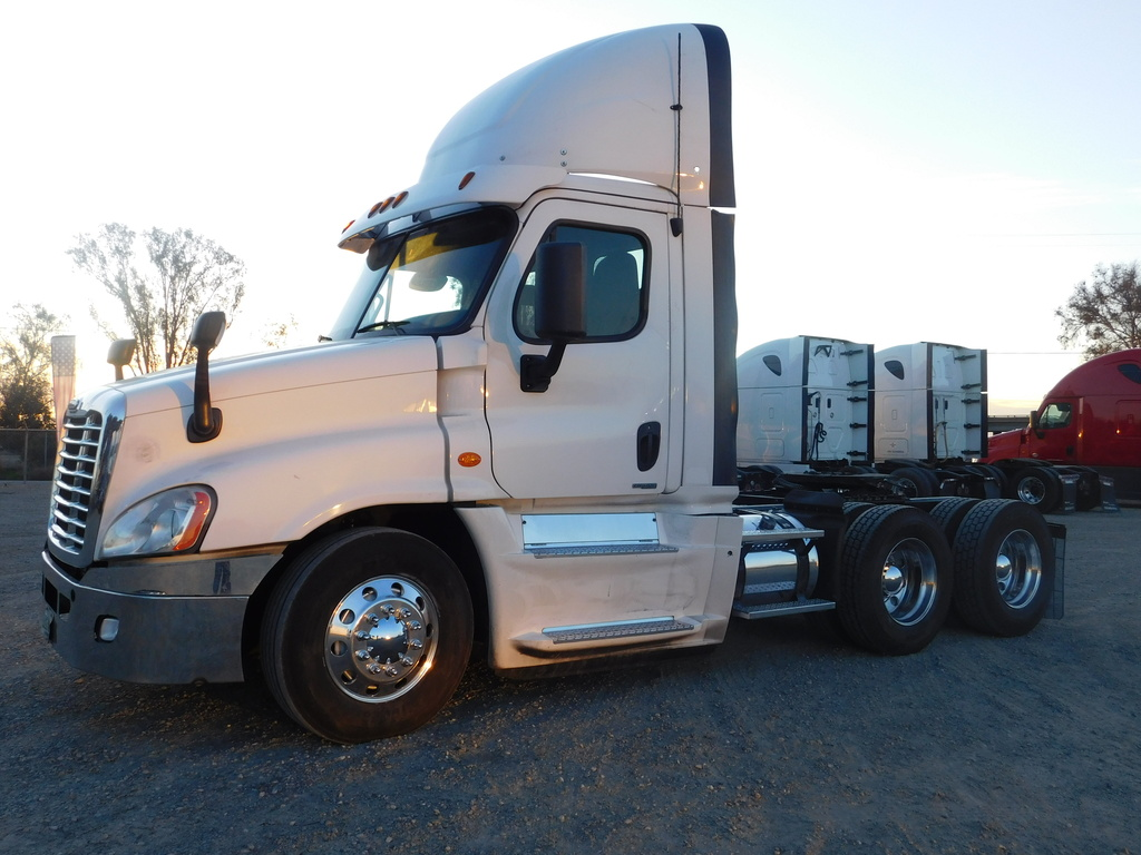USED 2016 FREIGHTLINER CASCADIA 125 TANDEM AXLE DAYCAB TRUCK #12440