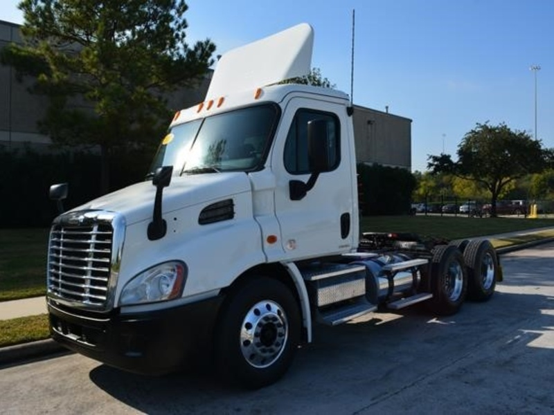 USED 2010 FREIGHTLINER CASCADIA 113 TANDEM AXLE DAYCAB TRUCK #8717