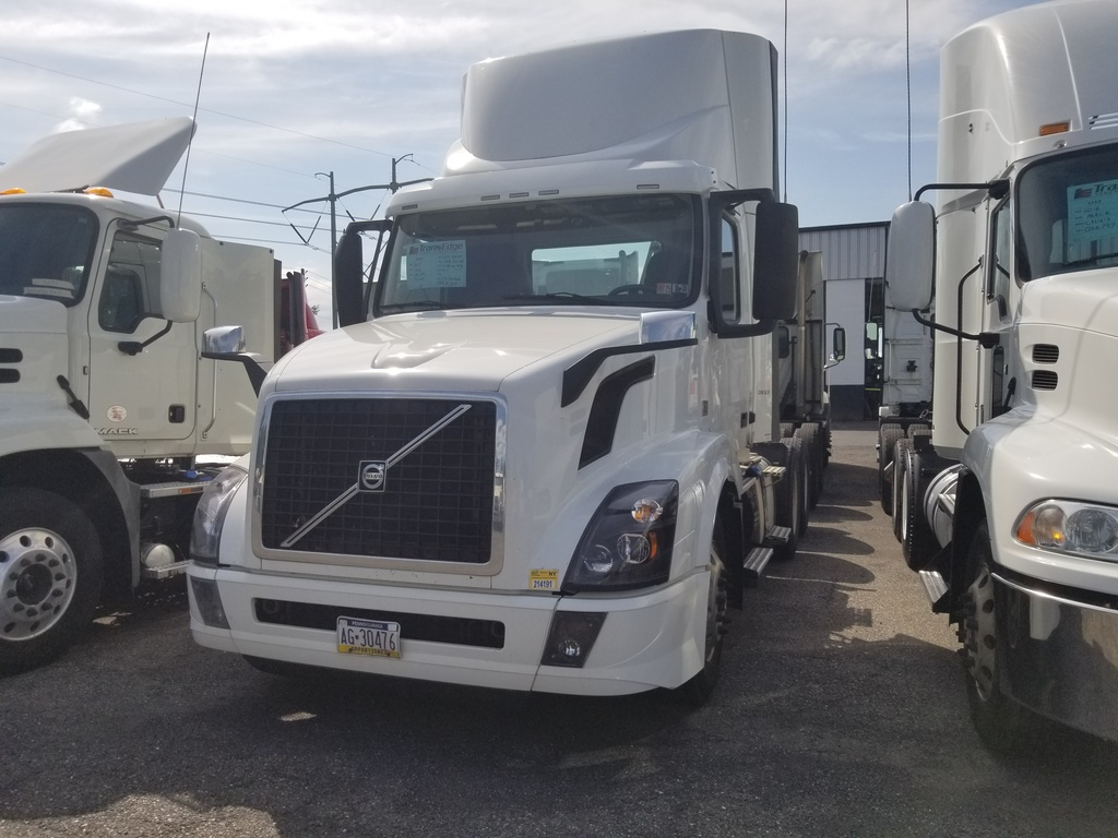 USED 2017 VOLVO VNL300 TANDEM AXLE DAYCAB TRUCK #1521