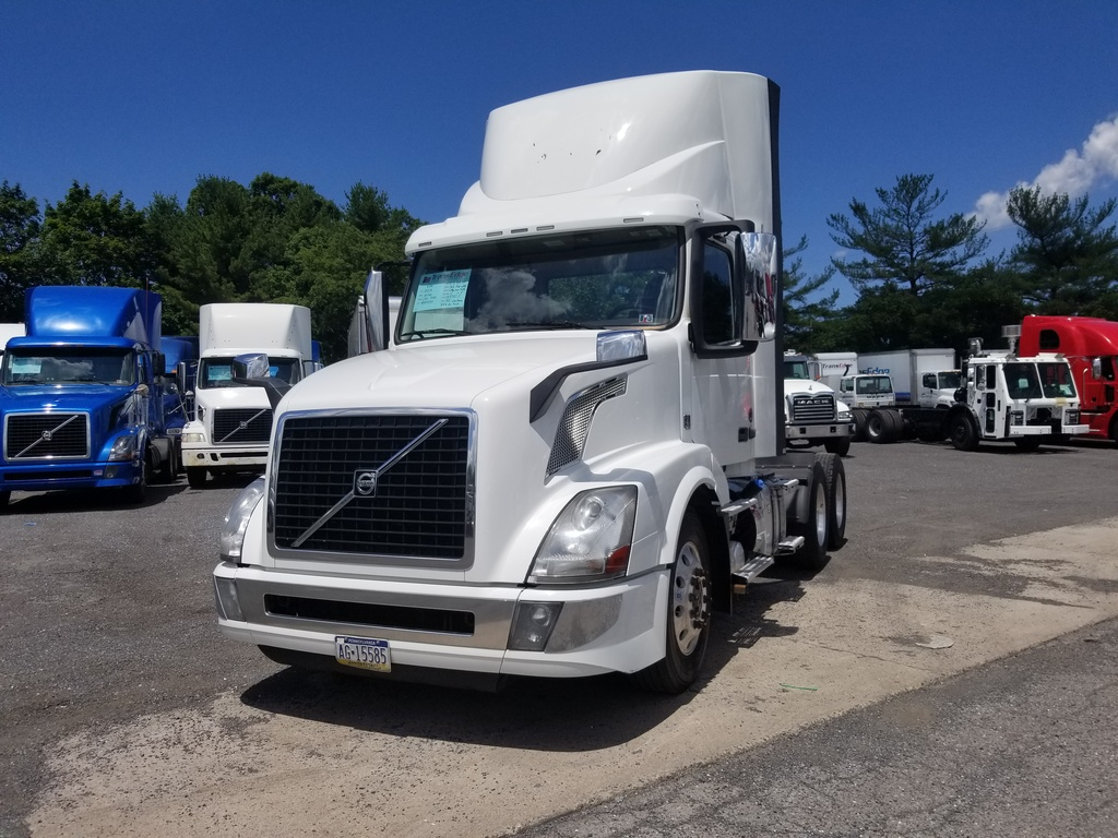 USED 2016 VOLVO VNL300 TANDEM AXLE DAYCAB TRUCK #1542