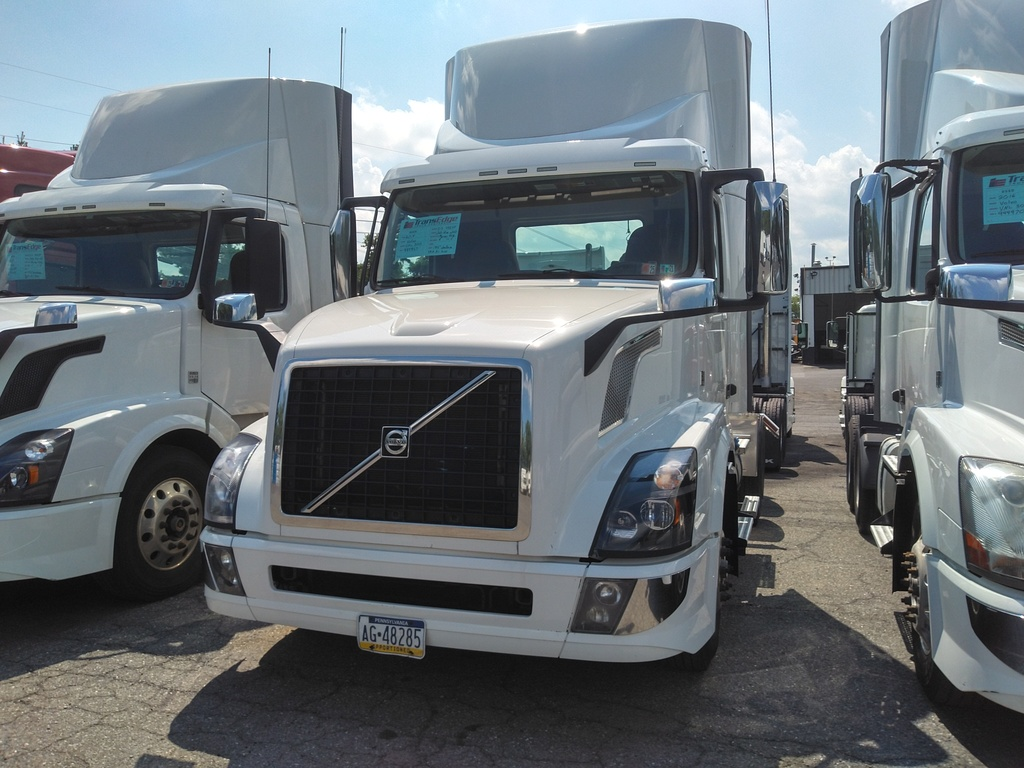 USED 2018 VOLVO VNL300 TANDEM AXLE DAYCAB TRUCK #1558