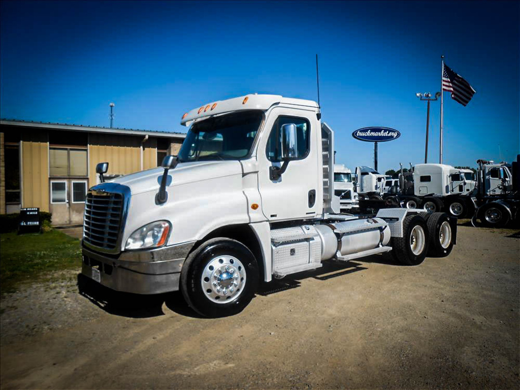 USED 2011 FREIGHTLINER CASCADIA TANDEM AXLE DAYCAB TRUCK #6576