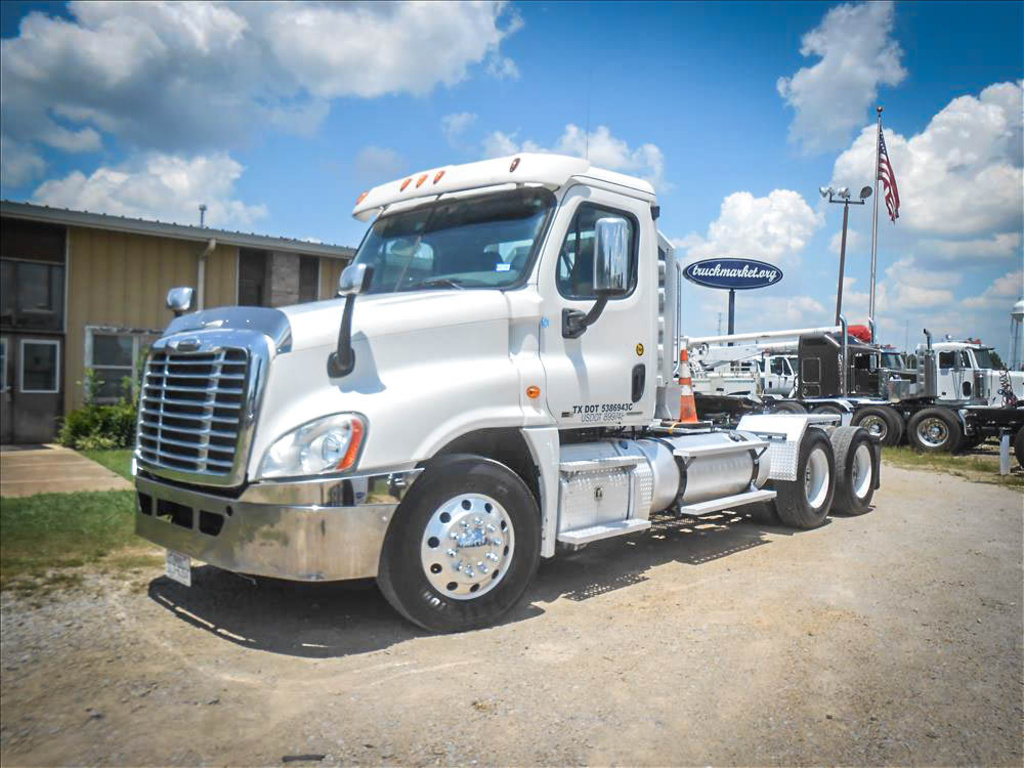 USED 2011 FREIGHTLINER CASCADIA TANDEM AXLE DAYCAB TRUCK #6653