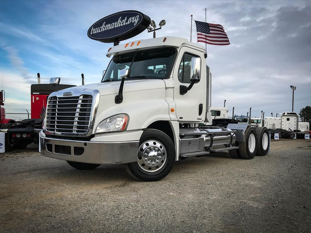 USED 2011 FREIGHTLINER CASCADIA TANDEM AXLE DAYCAB TRUCK #6753