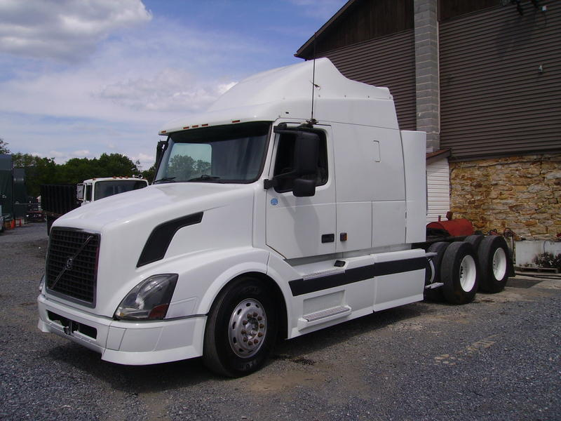 USED 2004 VOLVO VNL630 TANDEM AXLE SLEEPER TRUCK #8360